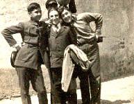 C. Axentie în dreapta, în curtea Liceului Spiru Haret, cu Dan Condeescu (stânga) şi Sandu Florescu, 1928