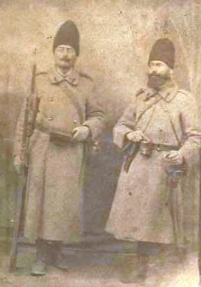 Strabunicul Nicolae Stanescu si fratele lui, Costache Barbulescu, in 1917, pe frontul din Moldova (Arhiva Filip-Lucian Iorga)