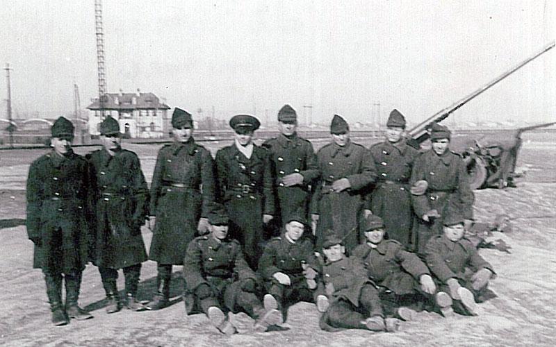 Bunicul Mircea Stanescu, in centru, in picioare, comandant de Baterie, in cadrul Centrului de instructie al Artileriei Antiaeriene, Bucuresti, 1947.