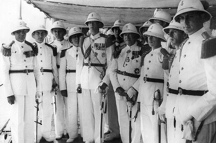 Regele Mihai in mijlocul unui grup de ofiteri de Marina. Primul din dreapta, unchiul Paul Strajescu.