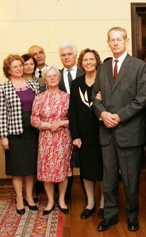 Regele Mihai si Regina Ana, impreuna cu familia mea. In mijloc, in fata, bunica Alexandrina. In stanga, mama mea, Lucia Iorga. In spate, Rodica si George Copot.